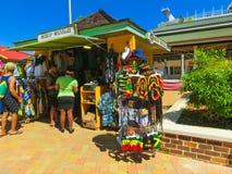 Falmouth Jamaica - Maj 02, 2018: Gatuförsäljare som säljer souvenir till turister Royaltyfria Bilder