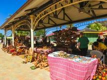 Falmouth Jamaica - Maj 02, 2018: Gatuförsäljare som säljer souvenir till turister Royaltyfri Foto