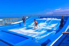 Falmouth Jamajka, Maj, - 02, 2018: Kobieta surfing na FlowRider na pokładzie oaza morza Królewskim Karaiby Zdjęcie Royalty Free