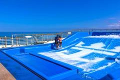 Falmouth Jamajka, Maj, - 02, 2018: Kobieta surfing na FlowRider na pokładzie oaza morza Królewskim Karaiby Fotografia Stock