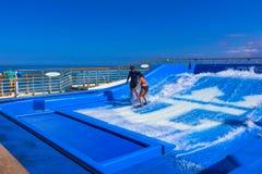 Falmouth Jamajka, Maj, - 02, 2018: Kobieta surfing na FlowRider na pokładzie oaza morza Królewskim Karaiby Zdjęcia Royalty Free