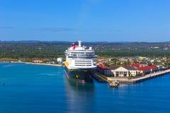 Falmouth Jamajka, Maj, - 02, 2018: Statku wycieczkowego Disney fantazja Disney linią promową dokował w Falmouth, Jamajka Zdjęcia Royalty Free