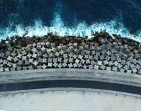 Falochronów bloki na Tenerife, wyspy kanaryjskie, z Atlantyckim oceanem w tle zdjęcie royalty free