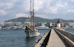 Falochron dok port Ibiza wyspa z małą czerwoną latarnią morską i ładną żaglówką obrazy royalty free