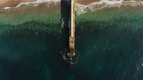 Falochron na nabrzeżnym z turkusowej ocean wody horyzontalnym widokiem z lotu ptaka zbiory wideo
