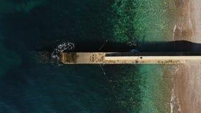 Falochron na nabrzeżnym z turkusowej ocean wody horyzontalnym widokiem z lotu ptaka zdjęcie wideo