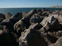 Falochron robi? g?azy, ska?y i moulded beton, na Atlantyk wybrze?u Portugalia zdjęcia royalty free