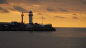 Falochron z latarnią morską przeciw niebu przy zmierzchem zdjęcie wideo