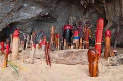 Falos de madeira na caverna da princesa. Railay. Tailândia Fotografia de Stock
