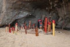 Falos de madera en cueva de la princesa. Railay. Tailandia Imagen de archivo libre de regalías