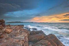 Falowa attact skała, słońce i Zdjęcie Royalty Free