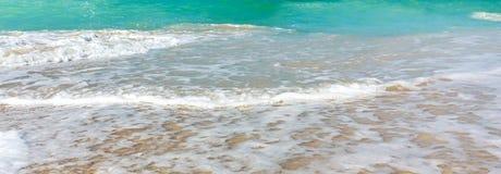 Falowa kipiel na dennym wybrzeżu, czysty denny brzeg i turkus woda, horyzontalny panoramiczny wizerunek, tło dla sztandaru obraz stock