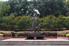Falowanie dziewczyny statua w sawannie, Gruzja obraz royalty free