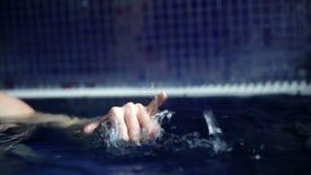 falowanie kobiety ręka w basenie zbiory