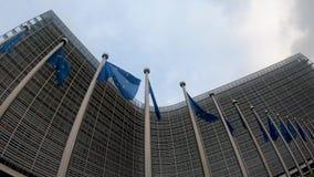 Falowanie UE zaznacza przy komisji europejskiej Berlaymont budynkiem w Bruksela zbiory