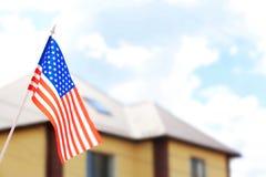 Falowanie usa flaga i zamazujący domu dach fotografia royalty free