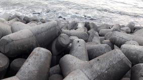 Falowy łamacz przy Haji Ali zatoczką, Mumbai India obrazy stock