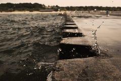 Falowy łamanie na jetty z metall cumownicami w Michigan obrazy royalty free