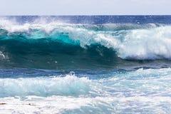 Falowy łamanie na morzu w Hawaje; piana w przedpolu Błękitny ocean, niebo, chmurnieje w tle obraz royalty free