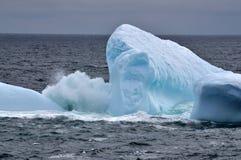 Falowy łamanie nad górą lodowa fotografia stock
