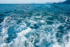 Falowy ślad z biel pianą na wody morskiej powierzchni behind szybki poruszający motorboat lub jacht Małe wyspy na horyzont linii Obraz Royalty Free