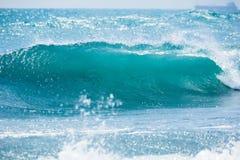 Falowy baryłki rozbijać Błękit fala w tropikalnym oceanie Zdjęcie Royalty Free