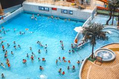 Falowy basen w wodnym parku Mnodzy goście pływa w p obraz stock