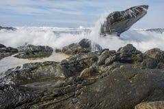 Falowy chełbotanie nad skałami Obraz Royalty Free