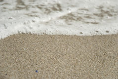 Falowy chodzenie nad piaskiem zdjęcia royalty free