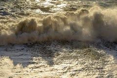 Falowy druzgotanie na gont plaży, Camogli, Włochy Obrazy Royalty Free