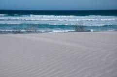 Falowy i biały piasek ocean Obraz Royalty Free