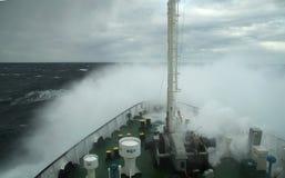 Falowy kołysanie się nad dyszą statek Obrazy Royalty Free