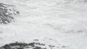 Falowy przypływ rozbija na skałach zbiory