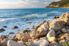 Falowy rozbijać na skale na brzeg przy zmierzchem Obraz Royalty Free