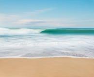 Falowy ruch i plaża Zdjęcia Royalty Free