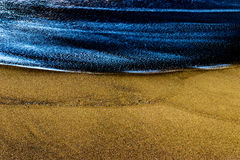 Falowy spotkanie piasek z piękną białą teksturą na wodzie Zdjęcia Stock