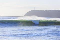 Falowy surfingowów Paddling Obrazy Stock