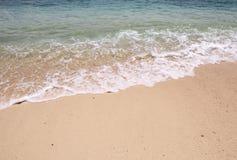 Falowy ubijanie przy plażą fotografia stock