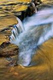 Falreflexionen im Nebenfluss Stockbild