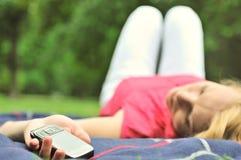 Falsche Meldung - Handy in der Hand Lizenzfreie Stockbilder