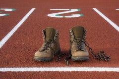 Falsche Schuhe auf laufenden Spuren Lizenzfreies Stockfoto