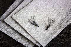 Falsche schwarze Wimpern auf der sauberen Baumwolle stockfoto