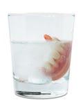 Falsche Zähne im Reinigungswasserglas Stockfotos