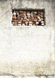 Falsches Ziegelsteinfenster in der alten Wand Lizenzfreies Stockbild