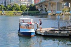 False Creek轮渡上尉和乘客 库存照片