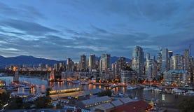 False Creek och den Burrard gatabron i Vancouver, Kanada fotografering för bildbyråer