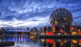 FALSE CREEK, VANCOUVER - BC Place Stadium et monde de Telus de la Science Image stock