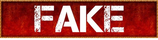 FALSIFICAZIONE afflitta del testo della fonte sul fondo rosso del bordo di lerciume Fotografia Stock