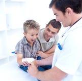Falsifichi i bandagins braccio del bambino che sta urlando Fotografia Stock Libera da Diritti