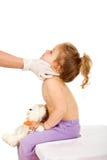 Falsifichi il bambino d'esame con piccolo esantama o le chiazze cutanee Fotografia Stock